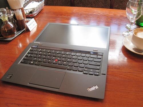 新しいThinkPad X1 Carbonは、まずボディが薄い