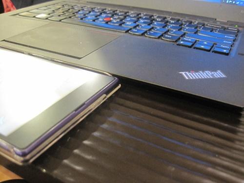 新しいThinkPad X1 Carbon があまりにも薄いので Xperia Z Ultra とiPhone並べてみた